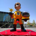 梅田「グランフロント大阪」うめきた広場に登場した黄色い服の子供のオブジェ正体は?ART SCRAMBLE 「GRAND ART FES」